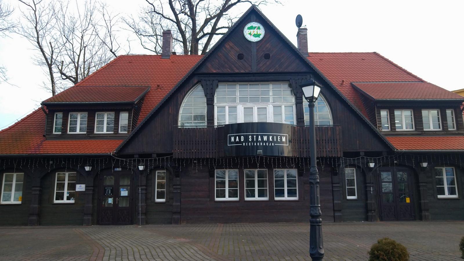 Domek lodowy nad stawkiem - siedziba Oddziału Regionalnego PTTK Ślaska Opolskiego [fot. Barbara Tyslik]