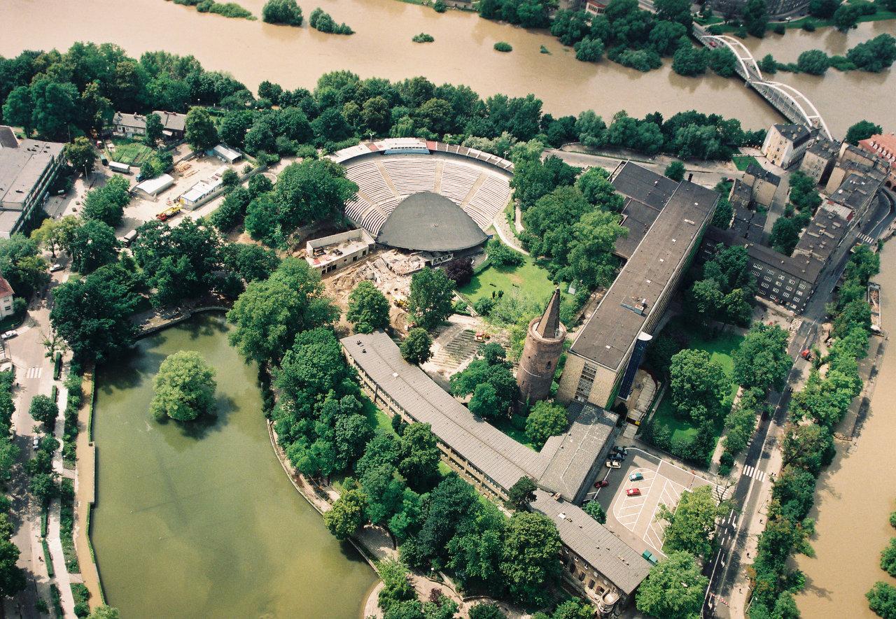 Amfiteatr podczas powodzi 1997 [Archiwum Regionalnego Zarządu Gospodarki Wodnej we Wrocławiu]