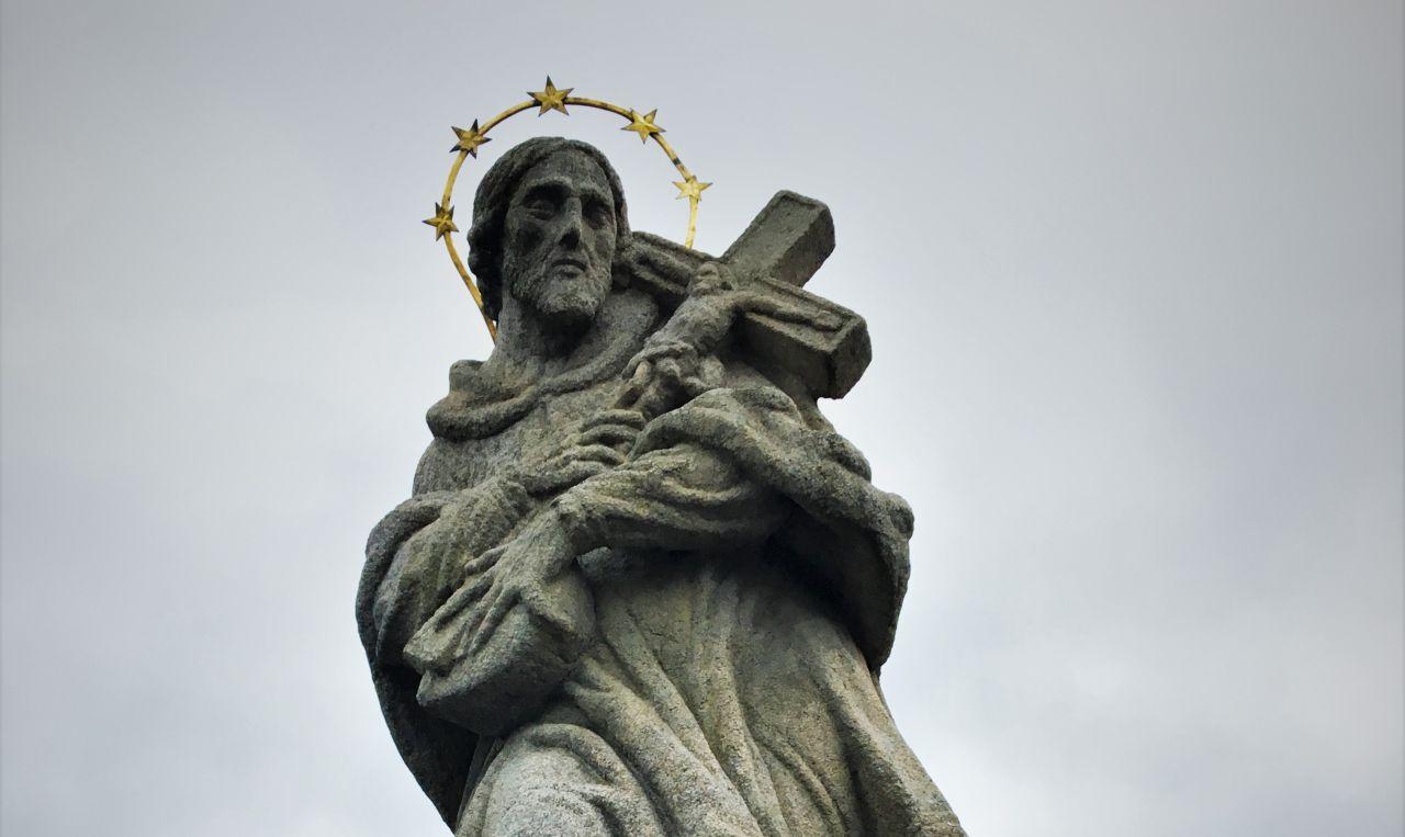 Pomnik św. Jana Nepomucena w Jarnołtówku w drodze na Kopę Biskupią [fot. Paweł Konieczny]