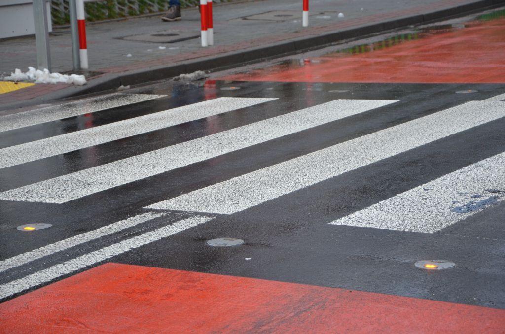 Śmiertelne potrącenie pieszej w Izbicku. Policja apeluje o ostrożność i przypomina podstawowe zasady ruchu pieszych