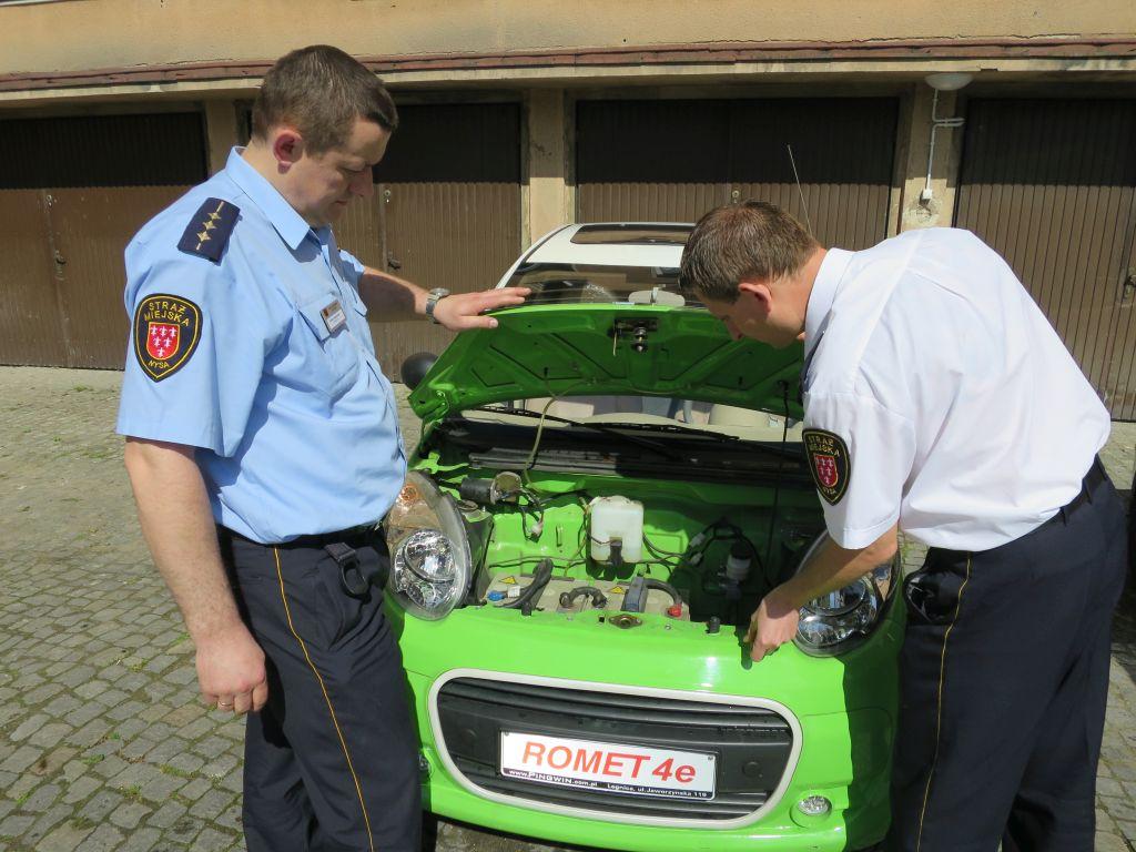 Elektryczny samochód testowany przez straż miejską w Nysie [Fot.Dorota Kłonowska]