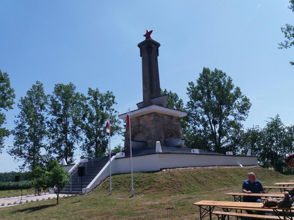 Służby wojewody piszą do remontujących pomnik w Mikolinie