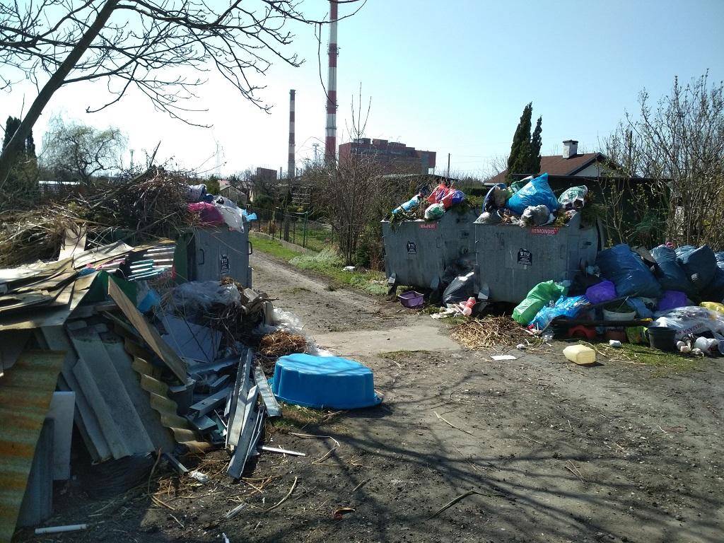 Pełno śmieci na ogródkach działkowych na Chabrach