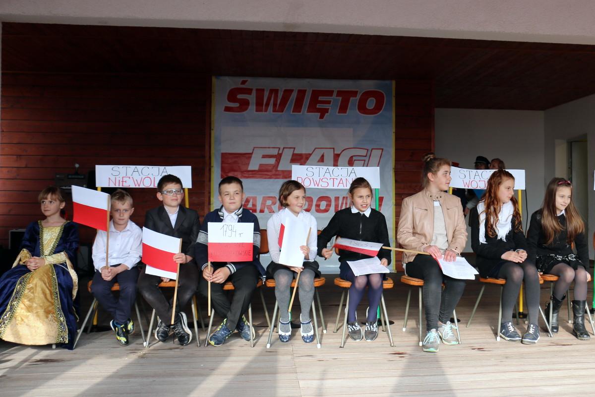 Zespół Szkolno – Przedszkolny w Moszczance zawsze czynnie uczestnicz w Wojewódzkich Obchodach Święta Flagi Narodowej [zdj. Radio Opole]