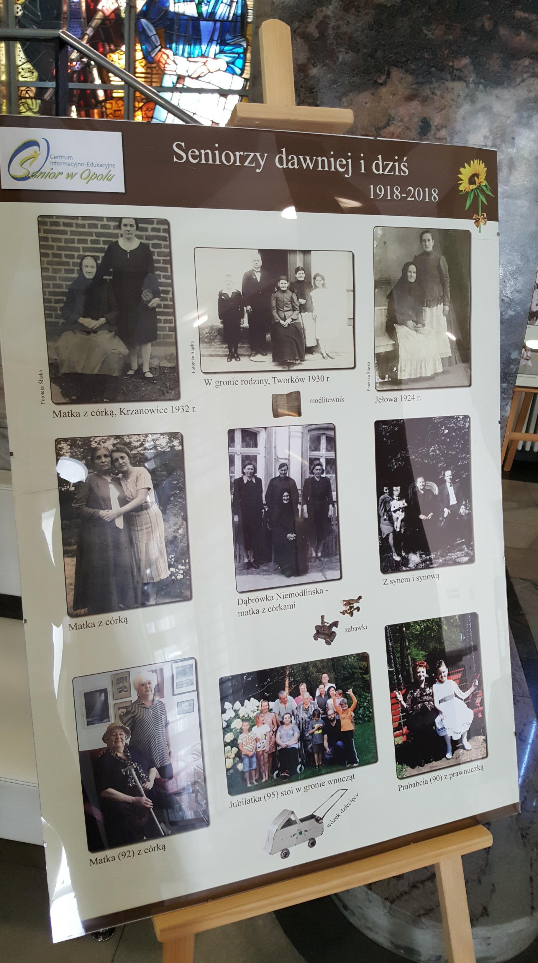 """Fotografie stworzone na przestrzeni stu lat zebrane w jednym miejsc. Wystawa """"Seniorzy dawniej i dziś"""" w opolskim ratuszu [fot. Daria Placek]"""