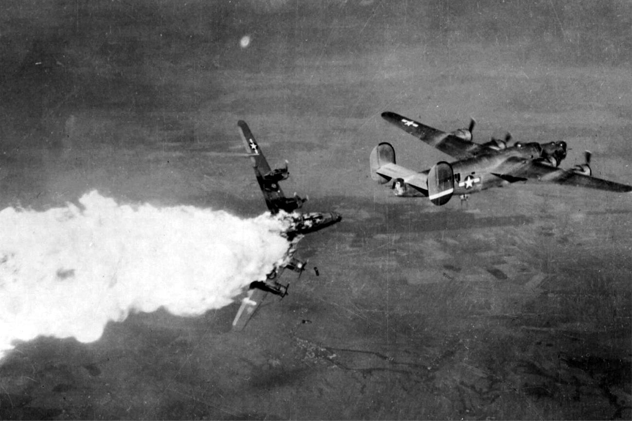 """Amerykańskie naloty w czasie """"bitwy o benzynę"""" [fot. archiwum stowarzyszenia]"""