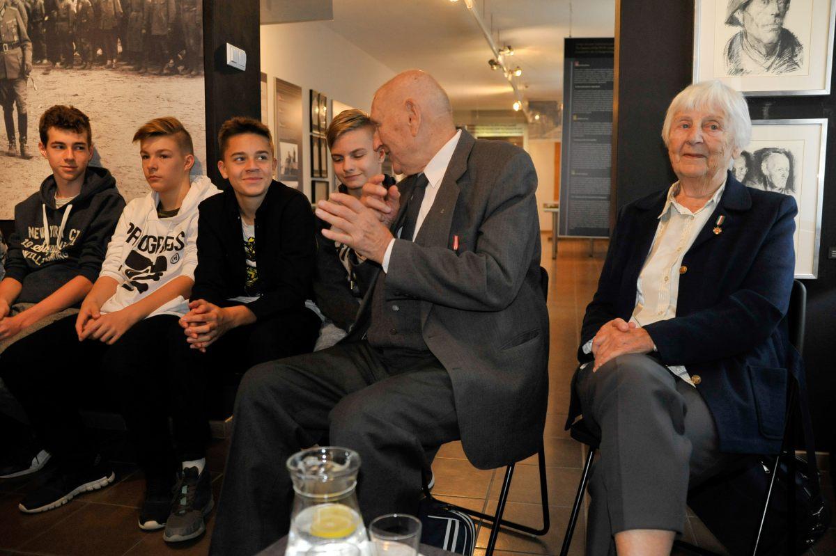 Powstańcy warszawscy rozmawiali w Łambinowicach z młodzieżą [fot. Centralne Muzeum Jeńców Wojennych]