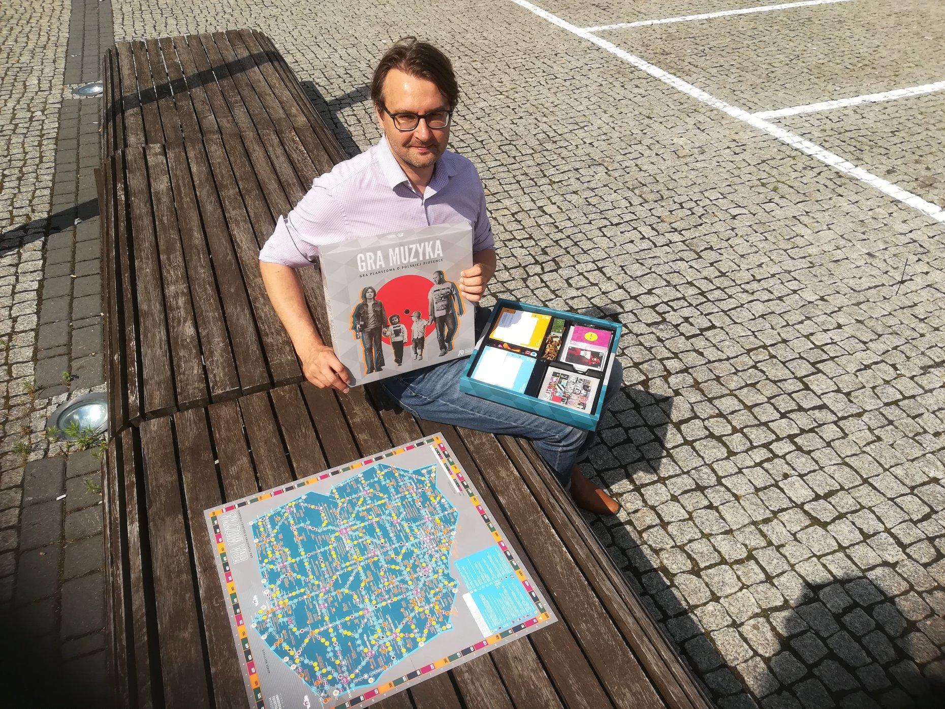 Roman Szczepanek z muzeum Polskiej Piosenki prezentuje grę 'Gra muzyka' [fot. Katarzyna Zawadzka]