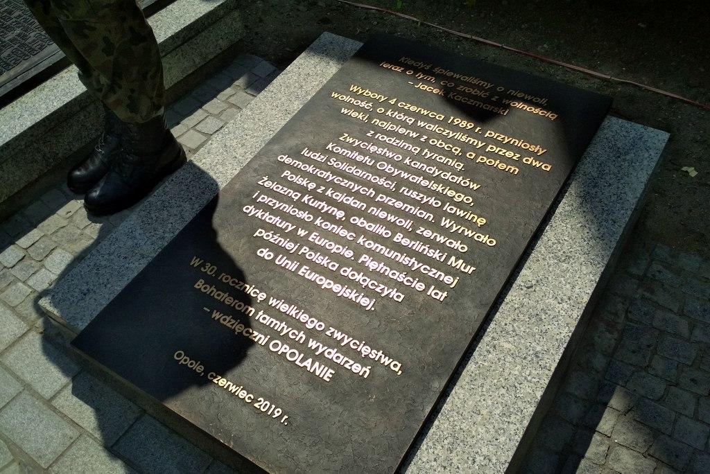 """""""W rocznicę wielkiego zwycięstwa - wdzięczni Opolanie"""" - tablica upamiętniająca wybory z 4 czerwca odsłonięta [fot. Joanna Matlak]"""