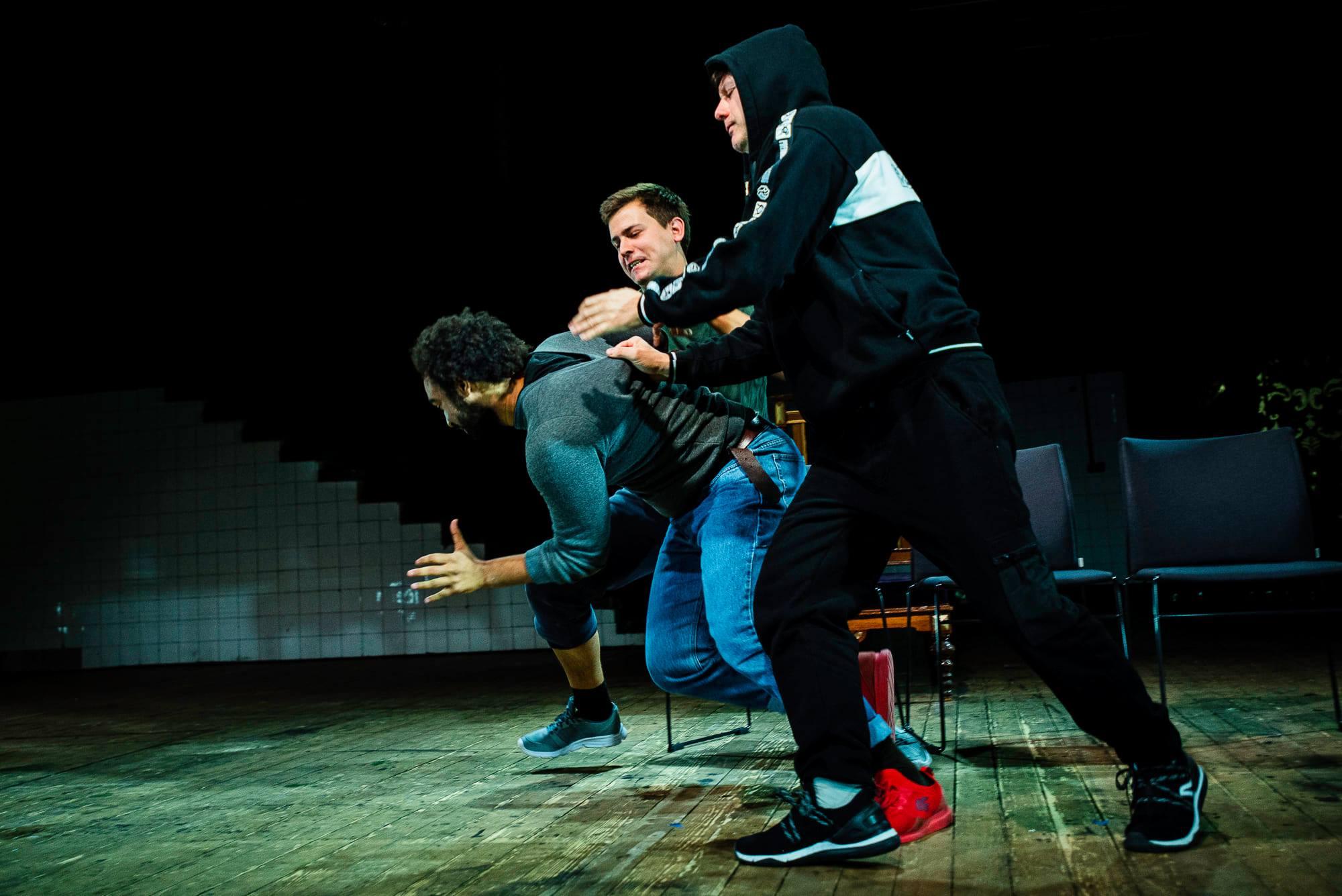 Anonimowi rasiści spotkali się w teatrze Premiera w Modelatornii