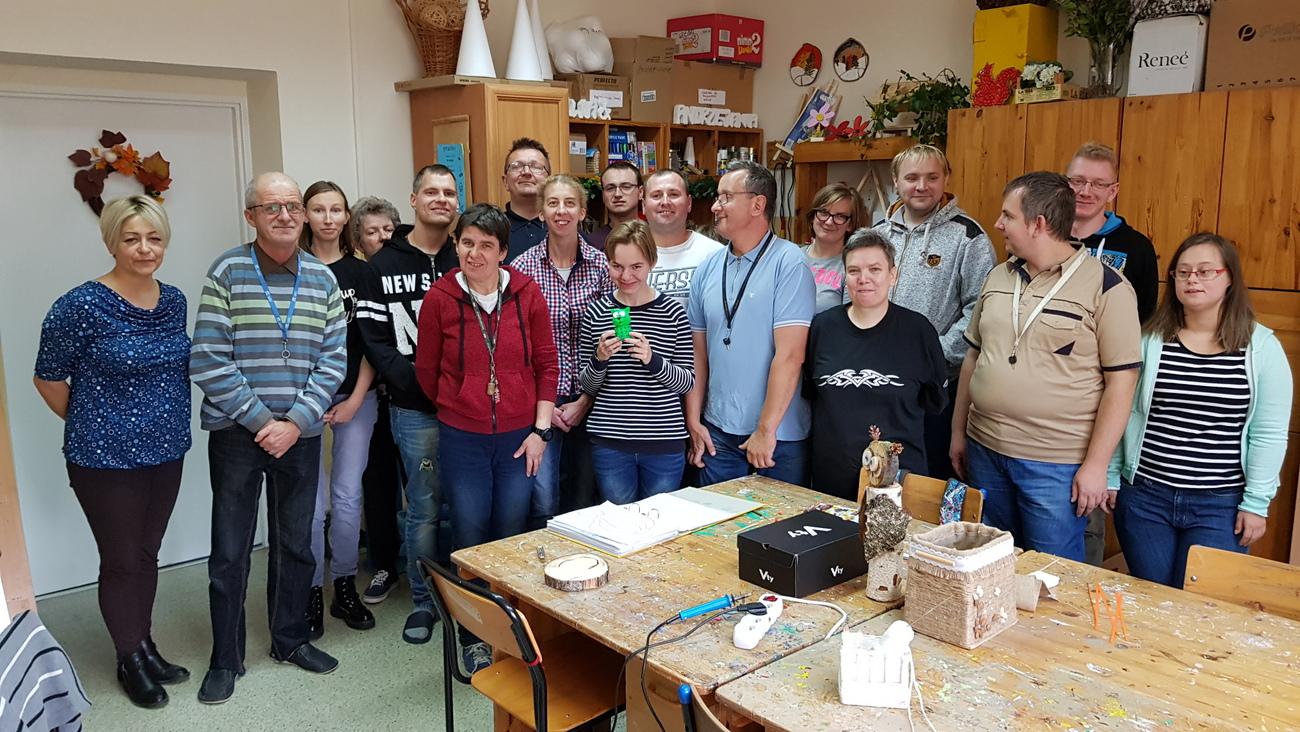 Uczestnicy i terapeuci Warsztatów Terapii Zajęciowej w Krapkowicach [fot. A. Pospiszyl]