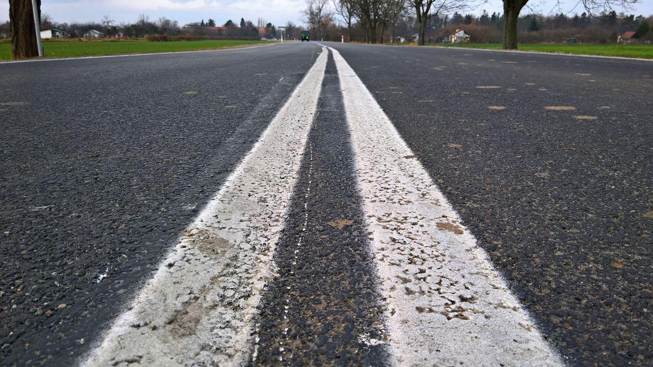 Nyskie starostwo wyremontuje kolejny odcinek drogi do Kamiennika. Przez lata nie wykonywano tam żadnych poważnych napraw