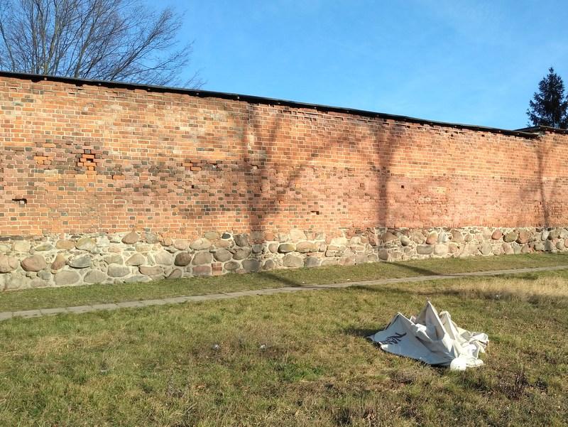 Średniowieczne mury obronne w Byczynie [fot. Witold Wośtak]