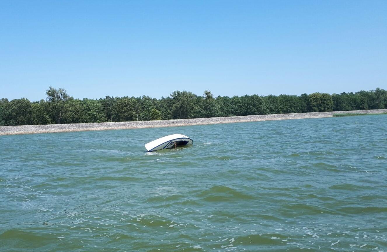 Przewrócona żaglówka na jeziorze w Turawie - archiwum [fot. Mariusz Materlik]