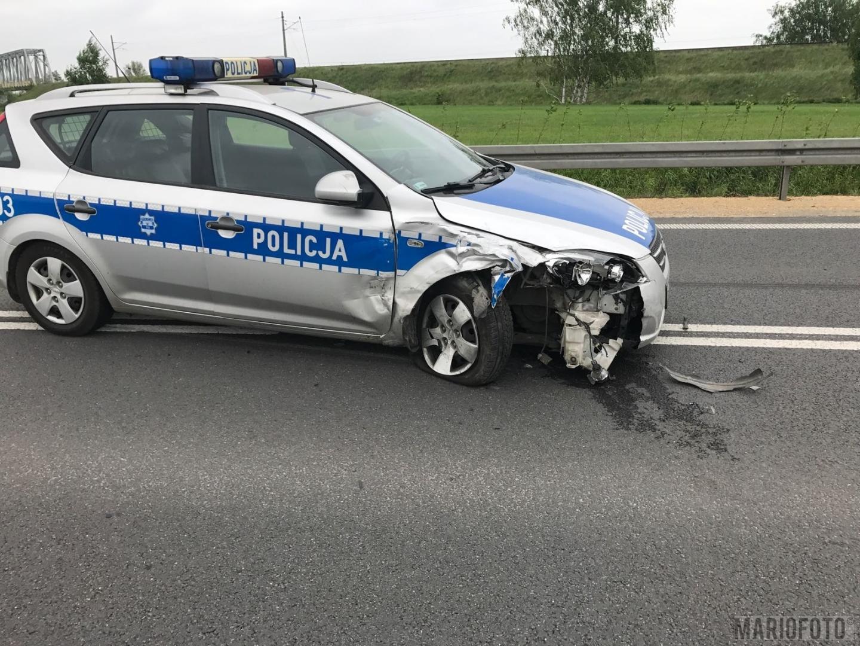 Bardzo dobra Samochód osobowy uderzył w policyjny radiowóz. Kolizja na obwo QK42