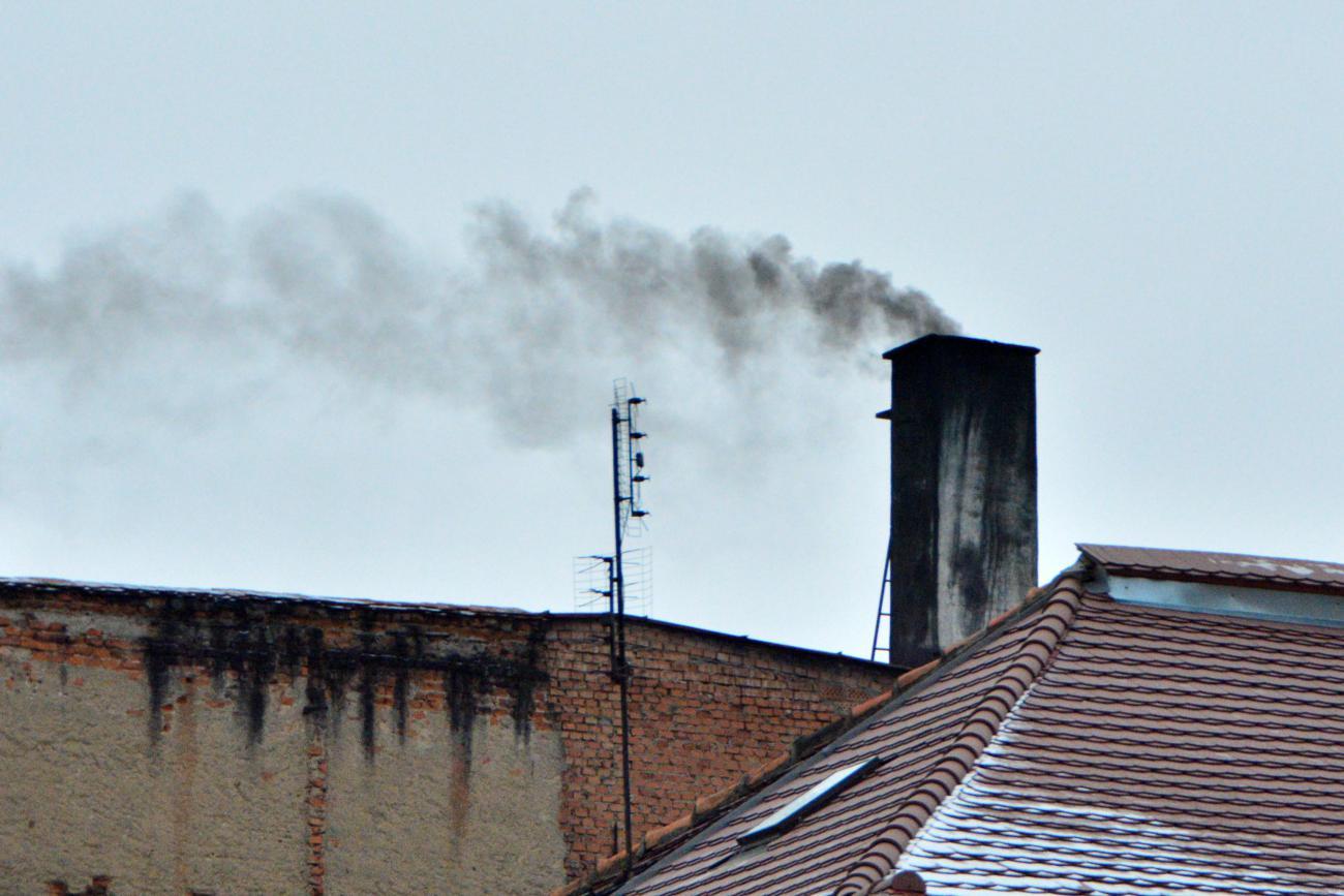 Strażacy i kominiarze przypominają o sprawdzaniu przewodów kominowych. Brak ich czyszczenia może doprowadzić do tragedii