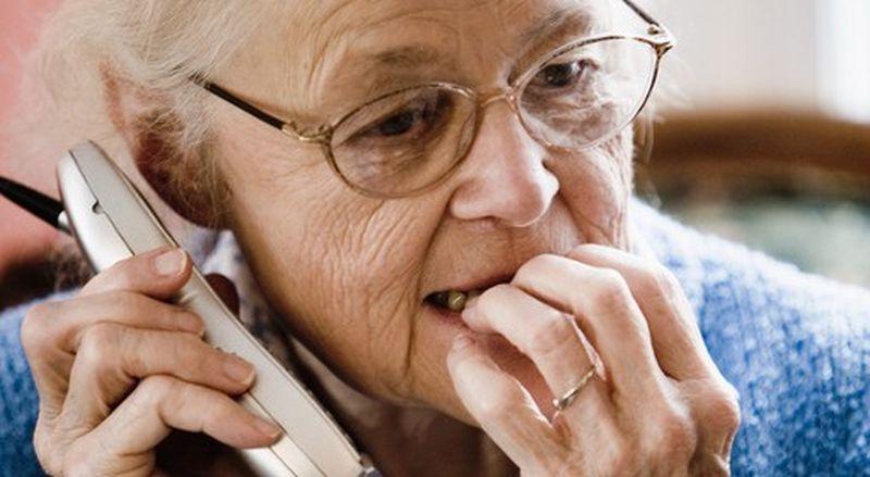 Seniorka przy telefonie [fot. archiwum]
