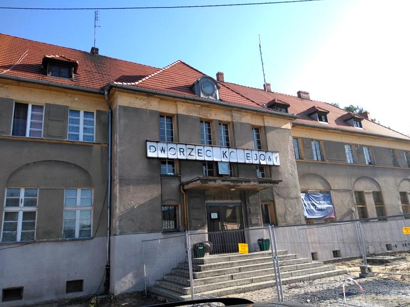 Dworzec kolejowy w Oleśnie [fot. Witold Wośtak]