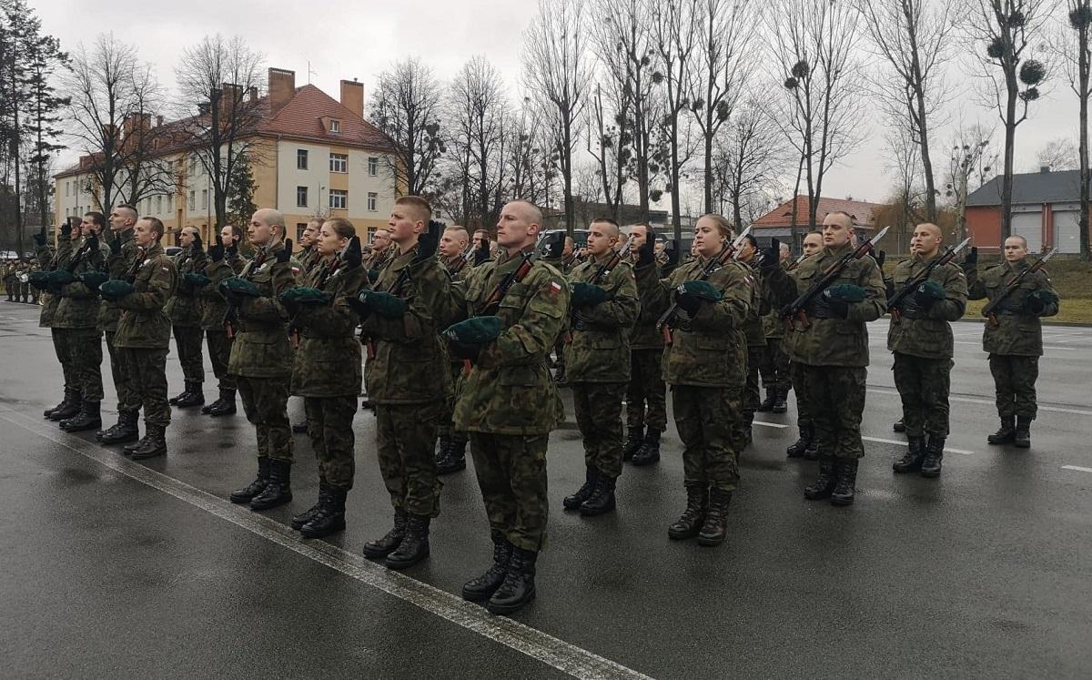 Przysięga wojskowa elewów w 10 Opolskiej Brygadzie Logistycznej [fot. Katarzyna Doros]